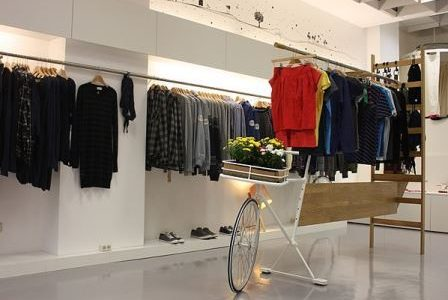 Remodelação de loja em centro comercial com alteração para pavimento vinílico e alterações na iluminação.
