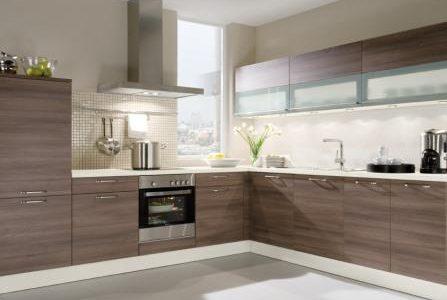 Remodelação de cozinha com móveis revestidos em melamina.