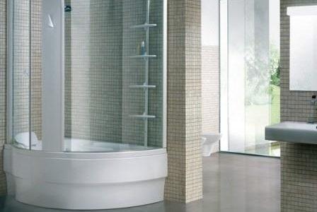 Substituição de banheira por base de duche moderna.