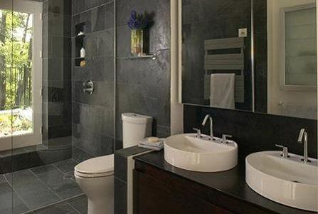 Remodelação de casa de banho com dois lavatórios.