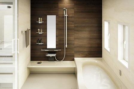 Remodelação de casa de banho com azulejos claros e escuros a contrastar.