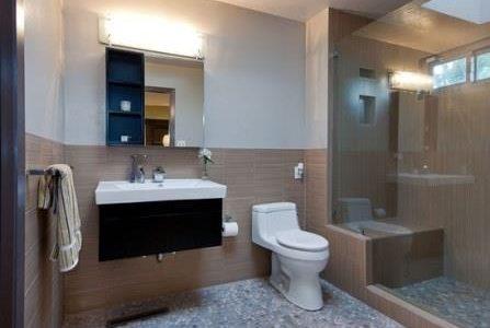 Remodelação de casa de banho com lambrim em azulejo.