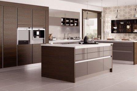 Remodelação de cozinha moderna com alguns móveis revestidos a melamina e outros termolaminados.