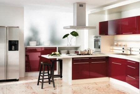 Remodelação de cozinha moderna com móveis termolaminados.