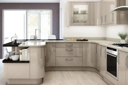 Remodelação de cozinha com móveis termolaminados.