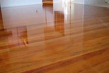 Restauro, afagamento e envernizamento de piso de madeira tipo parquet.