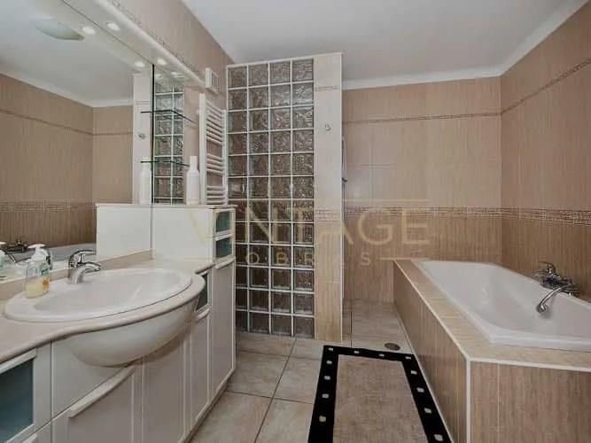 Remodelação de casa de banho. Duche em tijolo de vidro