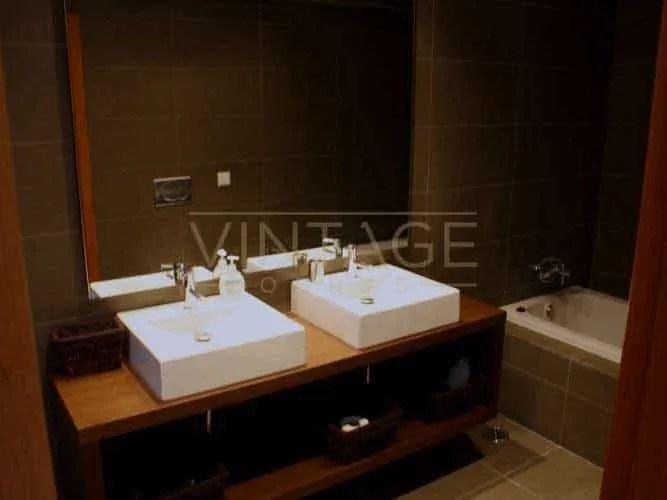 Remodelação de casa de banho moderna com lavatório quadrado