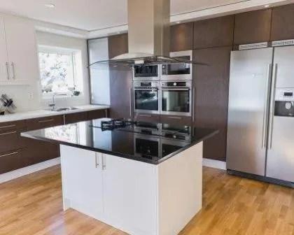 Remodelações de cozinhas modernas com ilha e eletrodomésticos em inox.