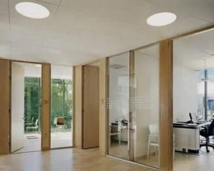 Remodelações de escritórios com divisórias em vidro.