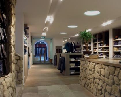 Remodelações de lojas de roupa com balcão revestido a pedra.