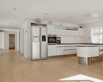 Remodelações de moradias com cozinha integrada na sala.