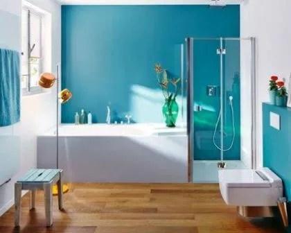 Remodelações de casas de banho com pavimento a imitar madeira.