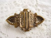 VICTORIAN BRASS BROOCH WITH HEARTS AND FLOWERS