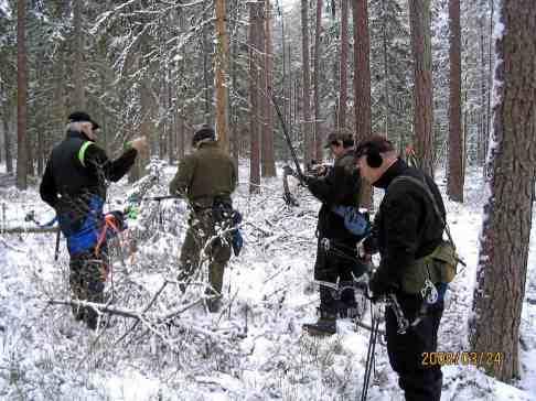 Gunnar och Bernt skjuter medan Ben och Enikö väntar på sin tur
