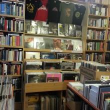 Vinyl und Bücher gemütlich vereint