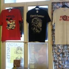 Auswahl an Band-Shirts und Postern