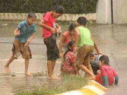 children-playing-football-in-rain-18