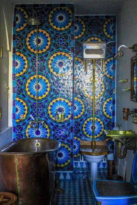 Love blues and yellows in a bathroom http://salutmaroc.com