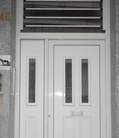 Colocación de barras de seguridad fijas en una claraboya de entrada principal.