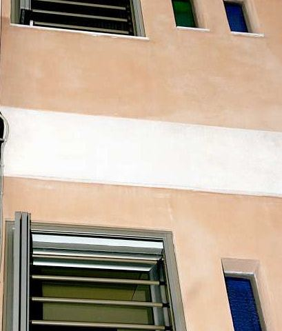 Instalación intermedia de barras de seguridad extraíbles combinadas con persianas.