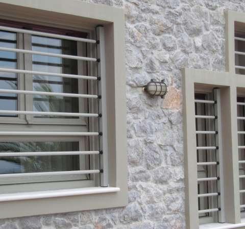 Barras de seguridad extraíbles en las ventanas de una vivienda unifamiliar.