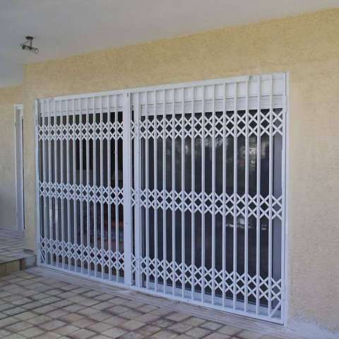 Colocación externa a una puerta de cocina de una reja de seguridad Viometaloumin.