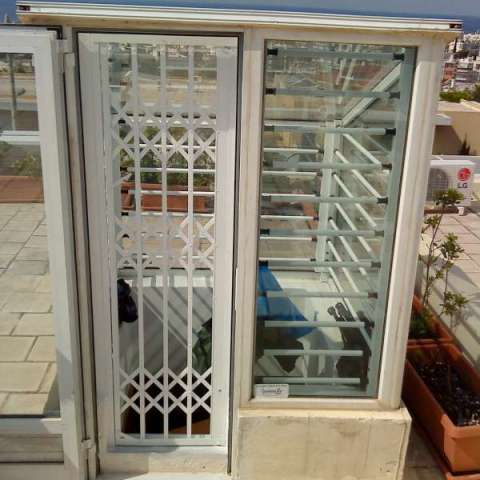 Viometaloumin retractable security grille in stairwell upper termination