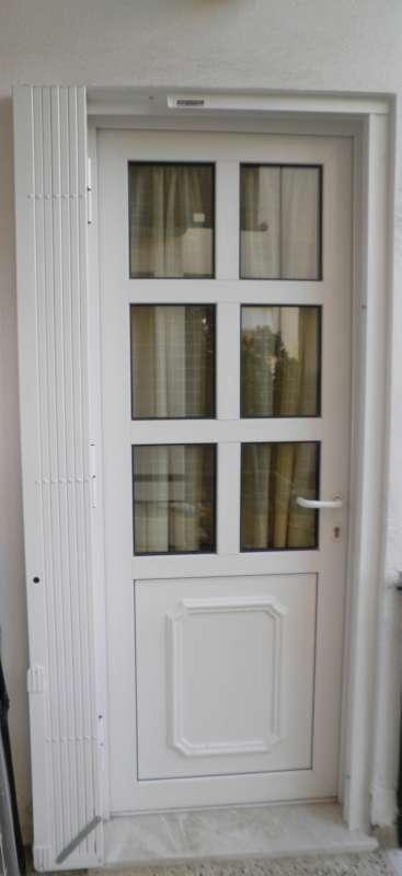 Πτυσσόμενη πόρτα ασφαλείας με εξωτερική επένδυση αλουμινίου κι εσωτερική ενίσχυση από περιστρεφόμενες μπάρες χάλυβα.