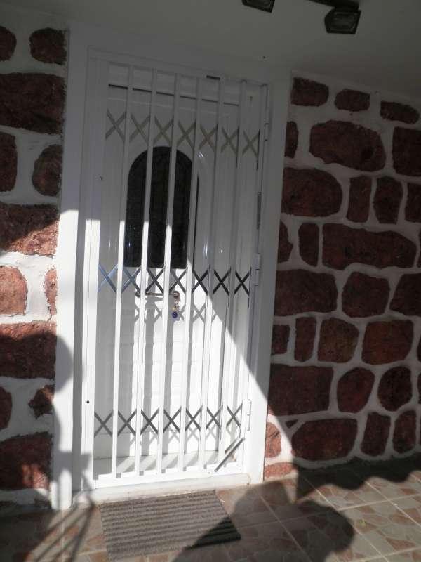 Πτυσσόμενη μεταλλική πόρτα ασφαλείας σε εξοχικό