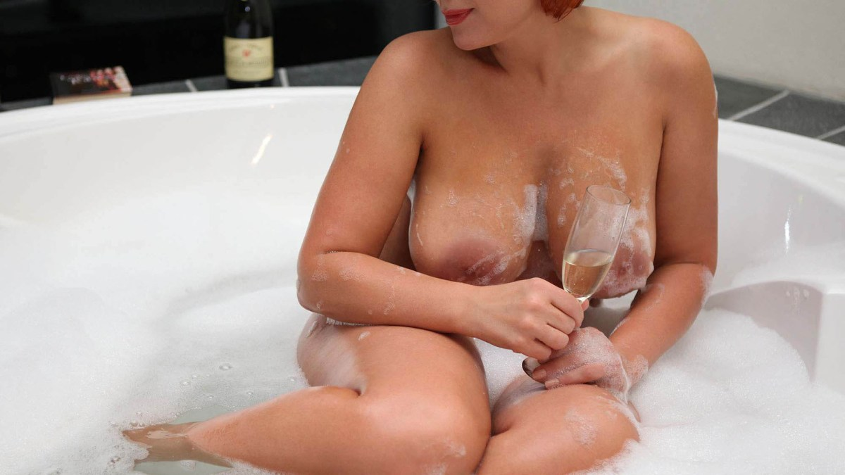Sofia High Class Lady naked with big boobs in the bath in foam with champagne