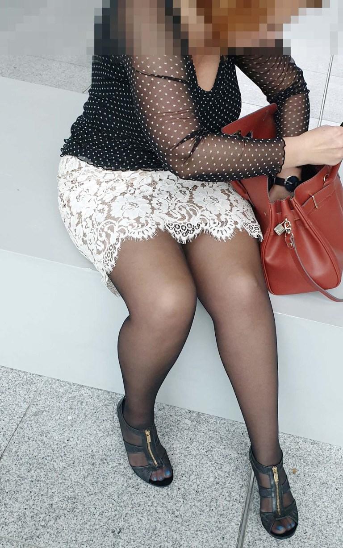 Sofia High Class Independent and Big Beautiful Woman in Hilton Frankfurt Airport wühlt in ihrer Handtasche