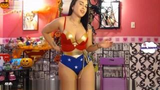 Kloe 18 en vivo con cosplay de la mujer maravilla