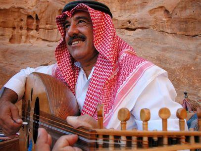 Beduine beim Musizieren im Wadi Rum