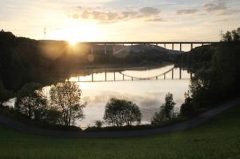 Spiegelung der Froschgrundbrücke beim Sonnenuntergang Foto: DB AG