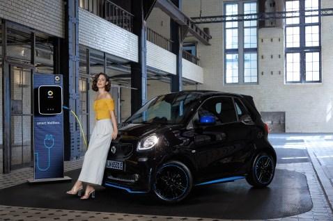 Lena ist bereits von E-Mobility überzeugt und fährt smart EQ;Stromverbrauch kombiniert: 20,8-13,4 kwh /100km; CO2- Emissionen kombiniert: 0 g/km*