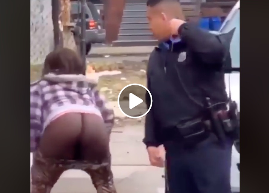 viser bar røv til betjente