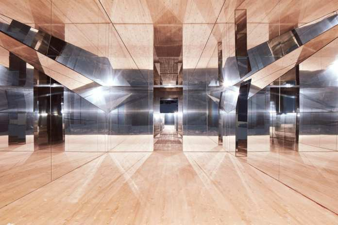 'Invisible' House Made Out Of Mirrors