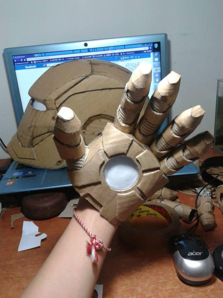 hand van iron man van karton gemaakt