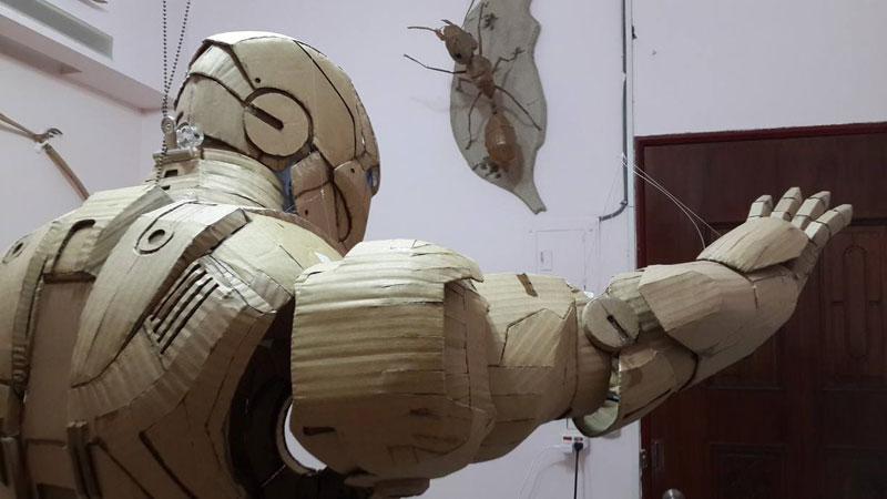 bovenlichaam van kartonnen iron man