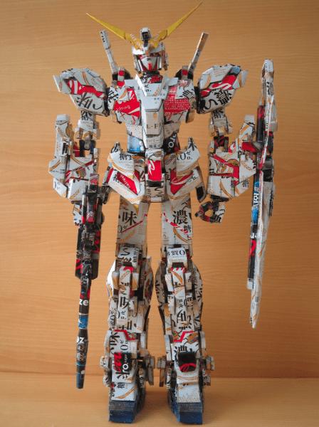 Gundam Robot gemaakt van lege cola blikjes