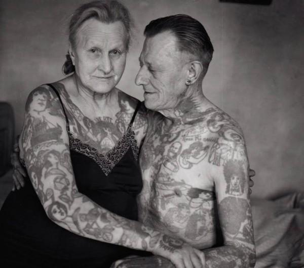 Oud stel met tattoos