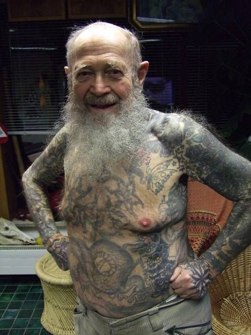 Oude man met tattoo
