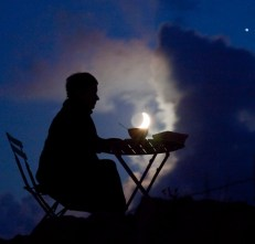 Mesa con taza de cafe luna