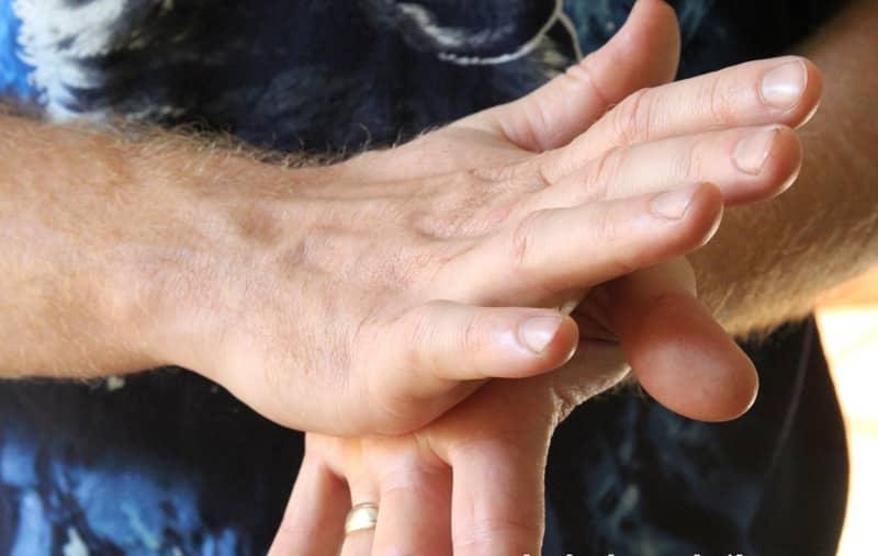 Y frota tus palmas para suavizar el bálsamo.  (el calor de sus manos derretirá y suavizará los aceites y la cera de abejas, lo que facilitará la aplicación.
