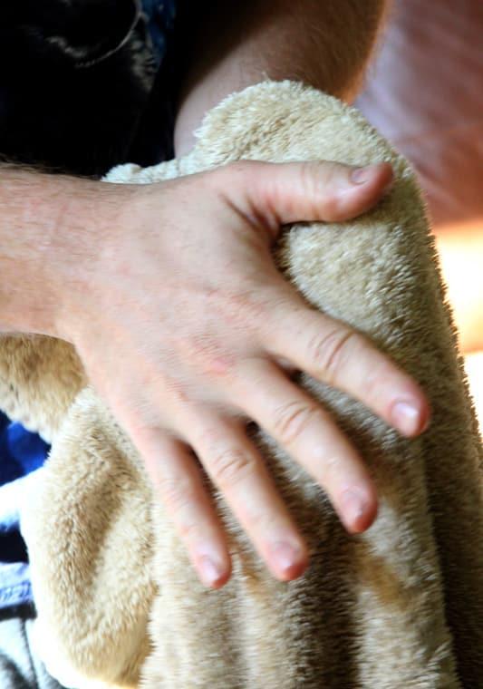 Para eliminar cualquier exceso de bálsamo para barba de tus manos, frótese sobre una toalla seca.