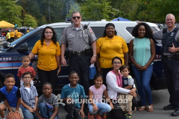 The police officers took a photo together with the children during the Police Appreciation Cookout.