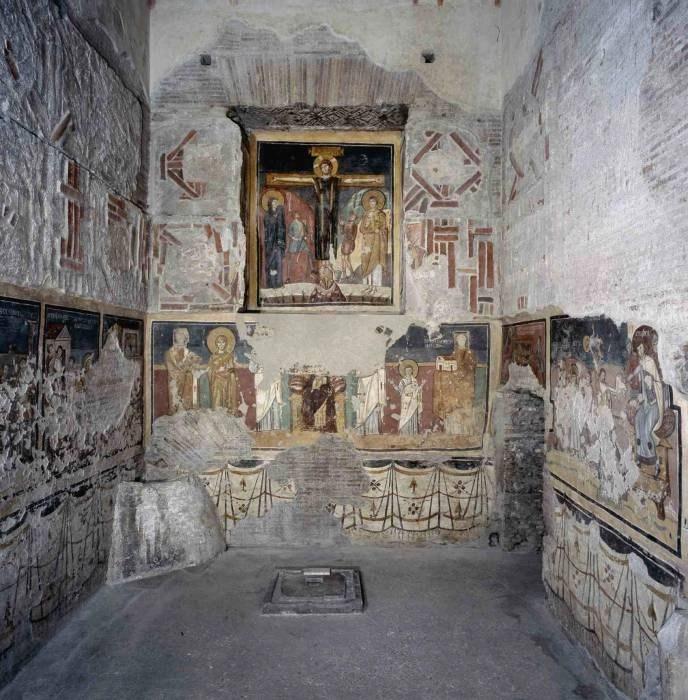Santa Maria Antiqua, Cappella di Teodoto (750 ca.) con decorazioni in opus sestile, scena di Crocifissione e Storie dei Santi Quirico e Giulitta