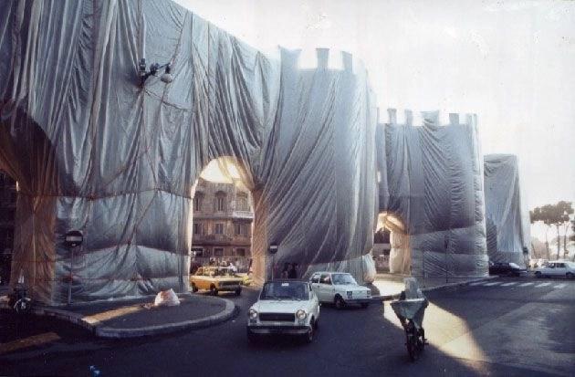 """L'installazione di Christo e Jeanne-Claude che """"impacchettò"""" le mura di Porta Pinciana nel 1974 per quaranta giorni."""
