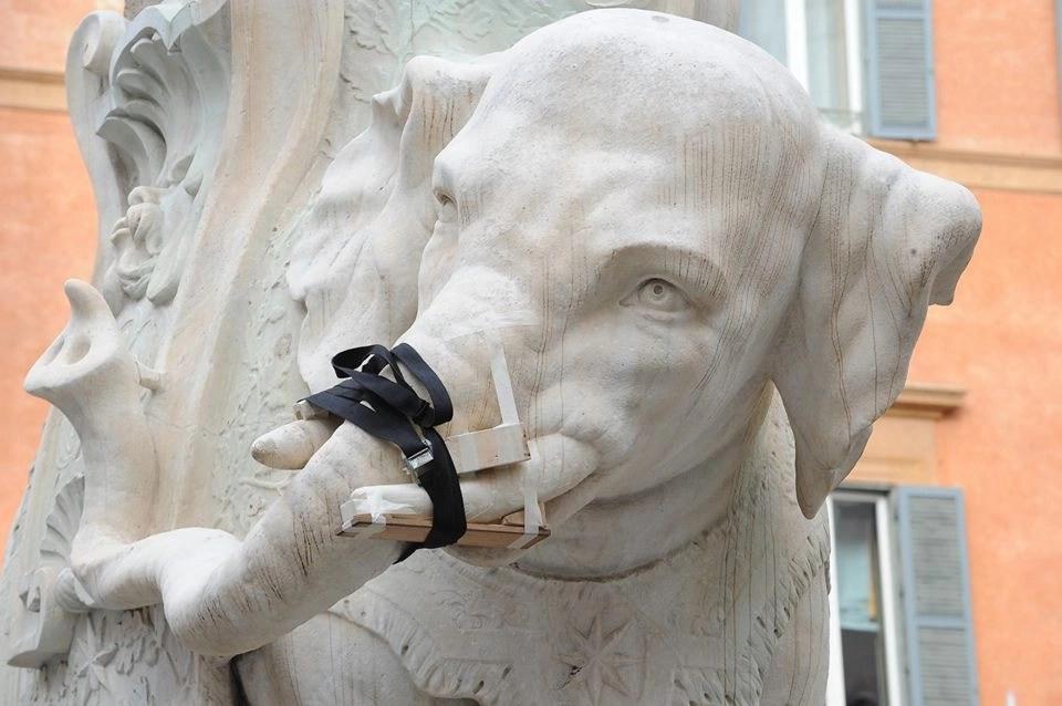 Ecco come si presentava l'intervento di restauro lampo cui è stata sottoposta la statua di Ercole Ferrata (photo credits: pagina Facebook Roma – Comune)